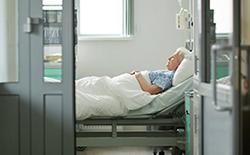 Wanita tua di ranjang rumah sakit berisiko tinggi mengalami keracunan makanan