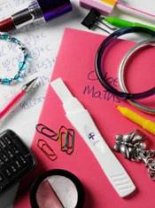 Foto: Útiles escolares, maquillaje y una prueba de embarazo