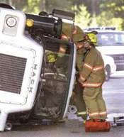 Bomberos que hacen un rescate en un carro