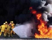 Bomberos que extinguen un incendio