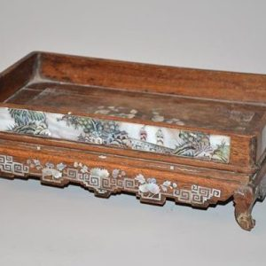 plateau-de-lettre-chinois-a-decor-de-scenes-animees-en-incrustation-de-nacre-polychrome