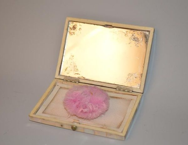 Poudrier en nacre ciselé à décor floral - XIX