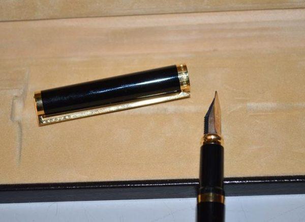 Stylo à plume ST Dupont en laque de chine noir - Plume en Or 18 carats