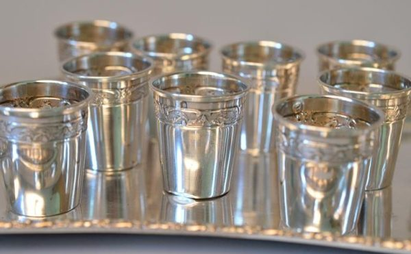 Douze verre à liqueurs en argent sur un plateau argenté