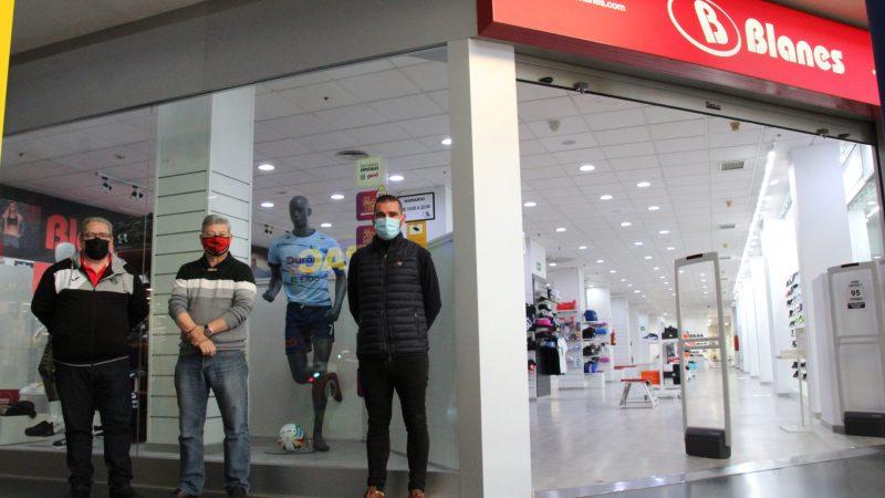 Los aficionados ya pueden encontrar la ropa oficial del CD El Ejido Futsal en Deportes Blanes