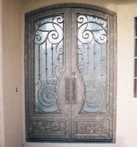 Puertas de forja a la fragua para entrada a portales comunes