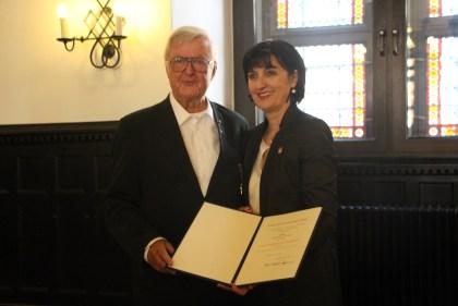 Verleihung des Verdienstkreuzes an Gerd Neufang von der stellvertretenden Bürgermeisterin der Stadt Hann. Münden Angelika Deutsch