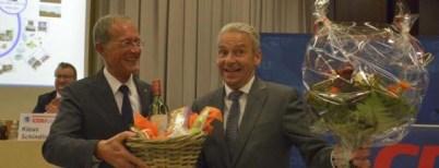 Quelle: Höchster Kreisblatt, Josef Nietner. Gute Laune nach der Kandidaten-Kür: CDU-Kreischef Axel Wintermeyer gratuliert Michael Cyriax, der sich über Blumen und einen Präsentkorb freut.