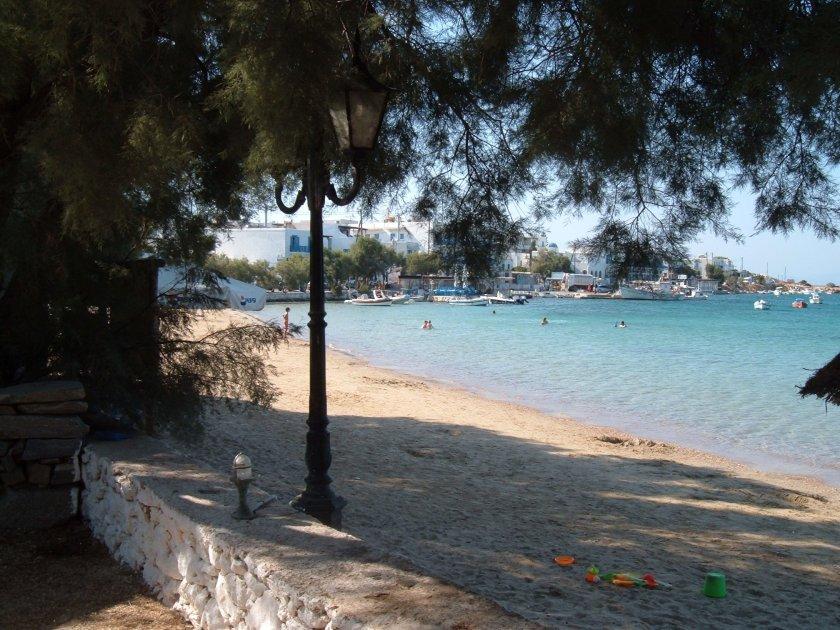 scorcio della spiaggia di Aliki con alberi e muretto