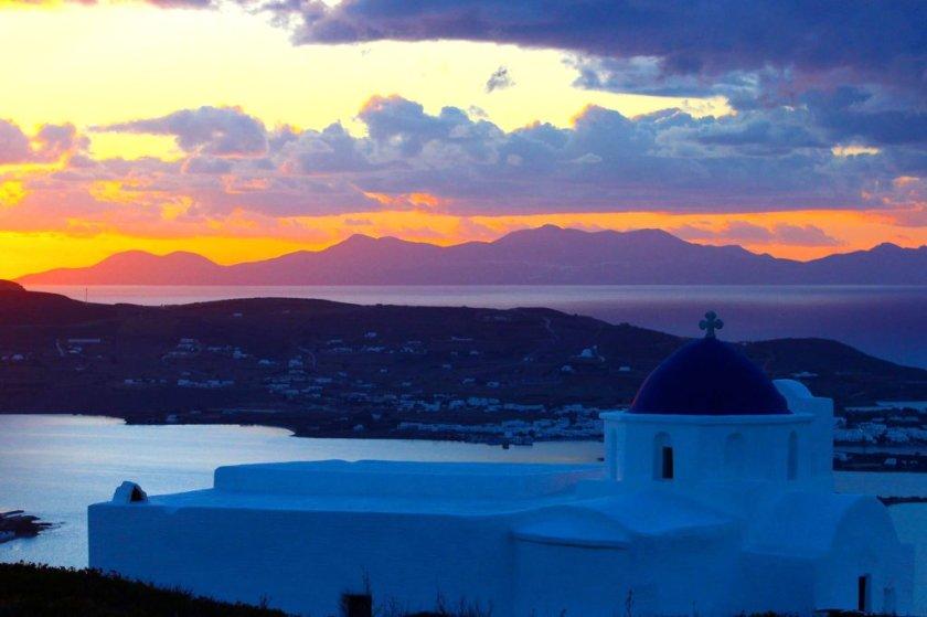panorama all'alba primo piano chiesetta sfondo il mare