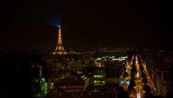 Paris, les toits de la ville la nuit