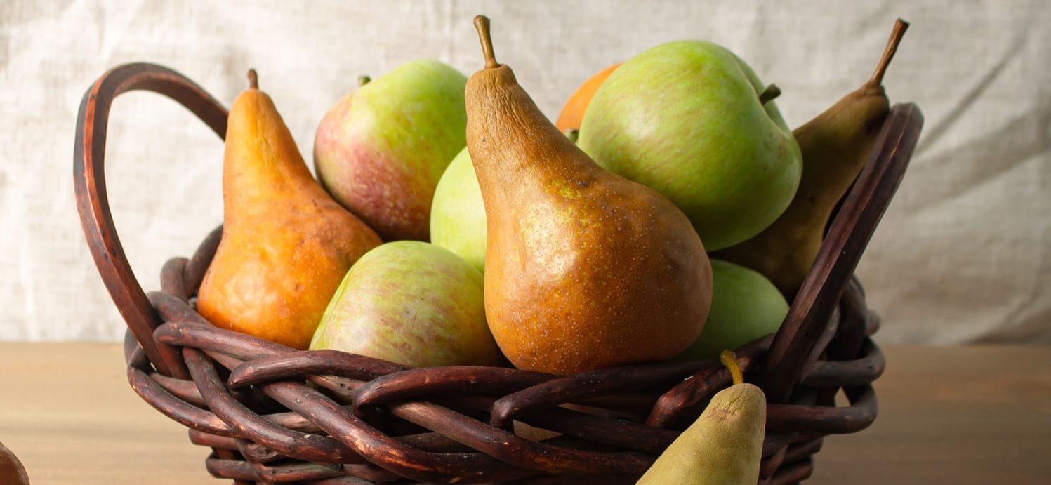 jabłka i gruszki w koszu