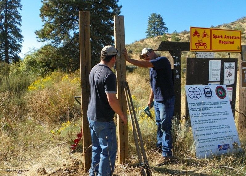 Photos: National Public Lands Day Volunteer Work in Yakima County 33