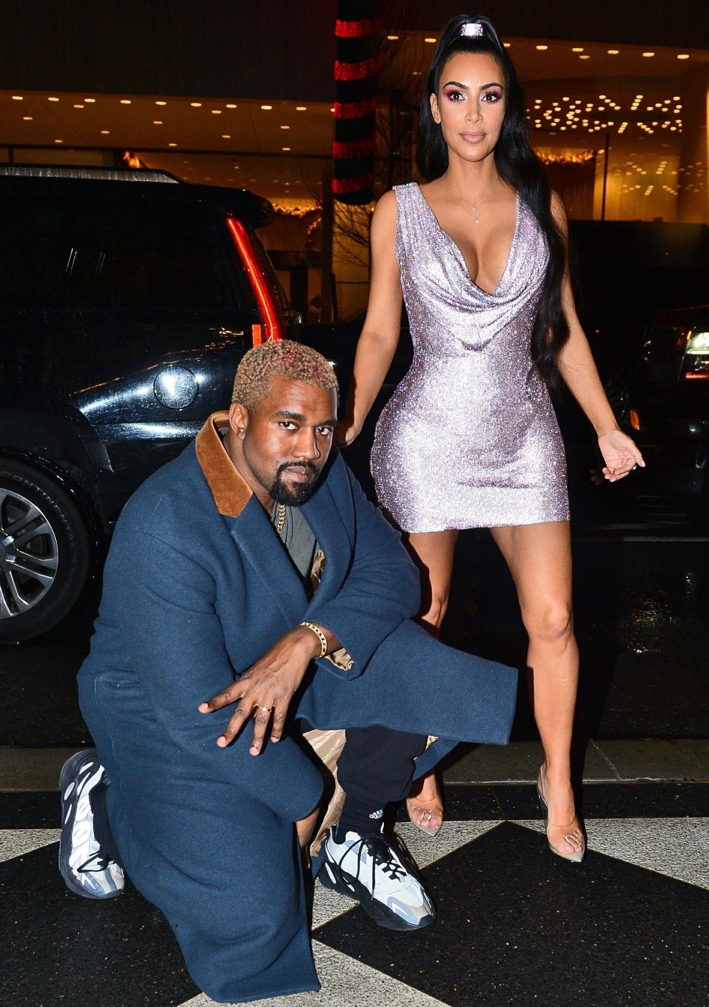 Kim Kardashian e Kanye West si mettono in posa davanti al loro hotel di New York