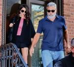 Amal Clooney e George Clooney sono tutti sorrisi mentre escono durante il loro anniversario a New York