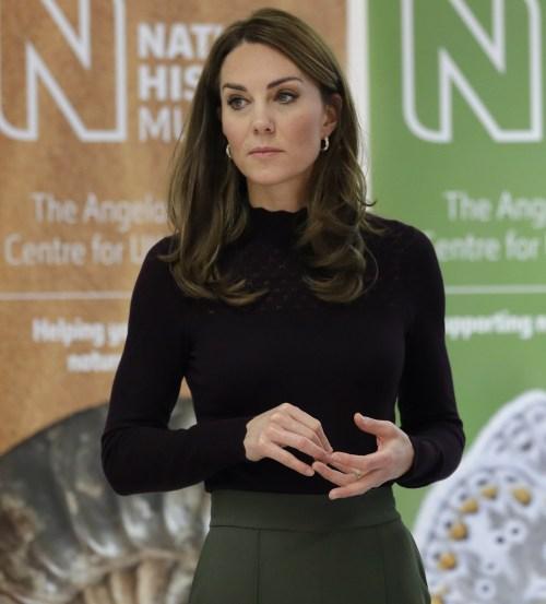 La britannica Kate, la duchessa di Cambridge, ascolta durante una visita al Museo di storia naturale di Londra, mercoledì 9 ottobre 2019. La duchessa di Cambridge, patrona del museo, ha visitato il Centro per la biodiversità britannica del Museo di storia naturale Angela Marmont