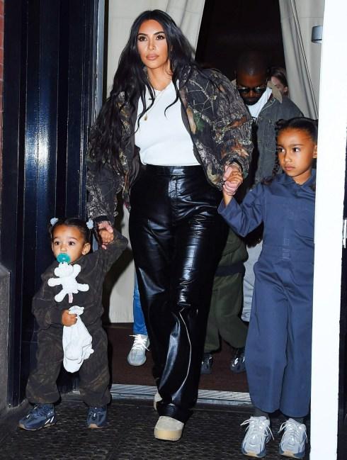 Kim Kardashian e Kanye West si recano alla festa di uscita del suo album con i loro bambini