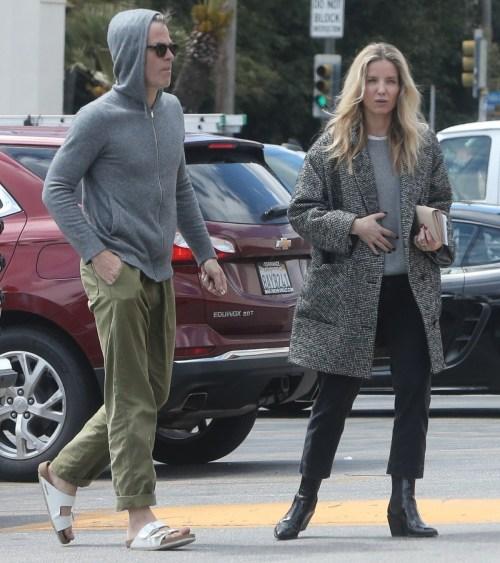 Chris Pine e la fidanzata Annabelle Wallis fanno scorta durante la quarantena