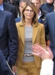 L'attrice Lori Loughlin che esce dal tribunale di Boston