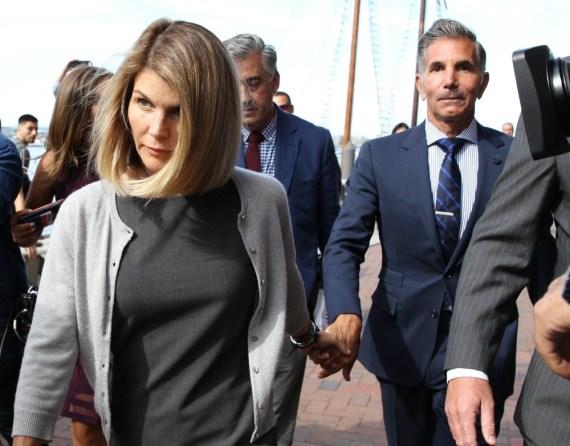 Lori Loughlin e il marito Mossimo Giannulli escono dal tribunale