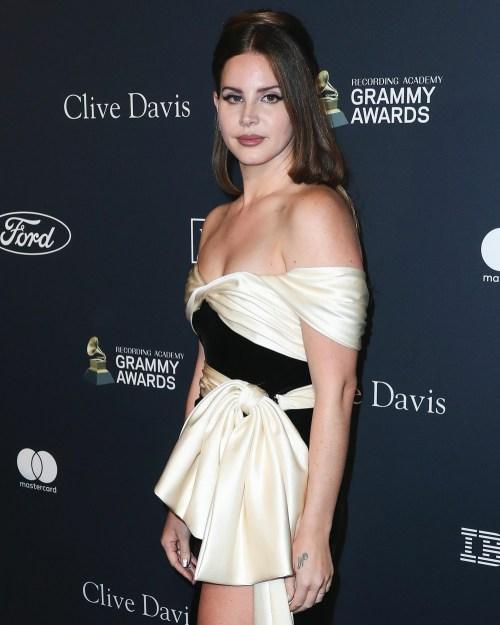 Lana Del Rey arriva all'Accademia di registrazione e al galà pre-GRAMMY 2020 di Clive Davis tenutosi presso il Beverly Hilton Hotel il 25 gennaio 2020 a Beverly Hills, Los Angeles, California, Stati Uniti.