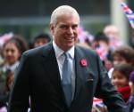 La regina, accompagnata dal duca di Edimburgo, apre il Francis Crick Institute a Londra