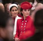 La Duchessa di Cambridge siede vicino alla Duchessa di Sussex mentre frequenta l'Ovest