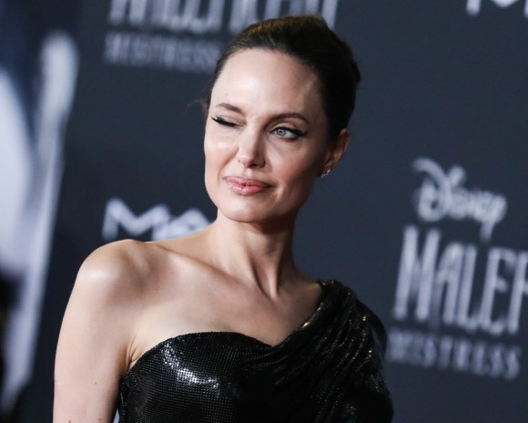 L'attrice Angelina Jolie indossa Atelier Versace con gioielli Cartier arriva alla prima mondiale di Disney's 'Maleficent: Mistress Of Evil' tenutasi al El Capitan Theatre il 30 settembre 2019 a Hollywood, Los Angeles, California, Stati Uniti.
