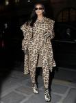 Kim Kardashian si veste dalla testa ai piedi con la stampa leopardata mentre viene avvistata a Parigi durante la settimana della moda