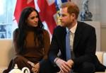 Il principe Harry, duca di Sussex e Meghan, duchessa di Sussex della Gran Bretagna fanno un gesto durante la loro visita a Canada House in ringraziamento per la calorosa ospitalità canadese e il sostegno che hanno ricevuto durante il loro recente soggiorno in Canada, a Londra, il 7 gennaio 2020.