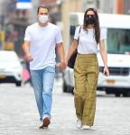Katie Holmes ed Emilio Vitolo Jr stringono le mani a New York