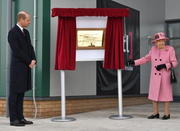 Il principe William, duca di Cambridge, (L) è in attesa mentre la regina Elisabetta II (R) svela una targa per aprire ufficialmente il nuovo Centro di analisi energetica presso il Defense Science and Technology Laboratory (Dstl) presso il parco scientifico di Porton Down vicino a Salisbury, nell'Inghilterra meridionale, il 15 ottobre 2020. - La regina e il duca di Cambridge hanno visitato il Defense Science and Technology Laboratory (Dstl) dove dovevano vedere le esibizioni di armi e tattiche utilizzate nel controspionaggio, una dimostrazione di un'indagine forense sugli esplosivi e incontrare il personale coinvolto nell'incidente del Salisbury Novichok. Sua Maestà e Sua Altezza Reale hanno anche aperto formalmente il nuovo Centro di Analisi Energetica.