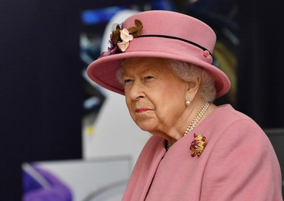 La regina Elisabetta II della Gran Bretagna visita il Defense Science and Technology Laboratory (Dstl) presso il parco scientifico di Porton Down vicino a Salisbury, nell'Inghilterra meridionale, il 15 ottobre 2020. - La regina e il Duca di Cambridge hanno visitato il Defense Science and Technology Laboratory (Dstl) dove dovevano vedere le esibizioni di armi e tattiche usate nel controspionaggio, una dimostrazione di un'indagine forense sugli esplosivi e incontrare il personale coinvolto nell'incidente del Salisbury Novichok. Sua Maestà e Sua Altezza Reale hanno anche aperto formalmente il nuovo Centro di Analisi Energetica.