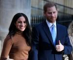 Il principe Harry, duca di Sussex (C) e Meghan, duchessa di Sussex (L) stanno con l'Alto Commissario canadese per il Canada nel Regno Unito, Janice Charette, mentre se ne vanno dopo la loro visita al Canada House in ringraziamento per il caloroso ospedale canadese