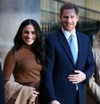 Il principe Harry, duca di Sussex (2R) e Meghan, duchessa di Sussex (2L) della Gran Bretagna stanno con l'Alto Commissario per il Canada nel Regno Unito, Janice Charette (R) e il vice Alto Commissario, Sarah Fountain Smith (L), come se ne vanno dopo la loro visita