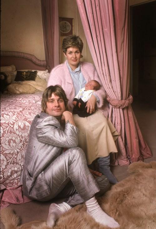 Ozzy Osbourne con Sharon e Baby Jack a casa loro Hampstead. Londra. 1985