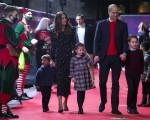 La famiglia Cambridge partecipa a una speciale rappresentazione natalizia al Palladium Theatre di Londra