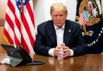 Trump posa per una foto mentre partecipa a una telefonata