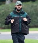 Shia LaBeouf fuori per la sua corsa mattutina mentre l'ex fidanzata FKA Twigs lo fa causa per violenza sessuale