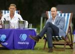 Il Duca di Cambridge ospita una proiezione all'aperto della finale di Heads Up FA Cup nella tenuta di Sandringham. William guarda con Tony Adams il punteggio del Chelsea. 1.8.2020