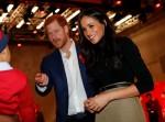 Il principe Harry della Gran Bretagna e la sua fidanzata, l'attrice statunitense Meghan Markle, salutano un benestante mentre visitano la fiera di beneficenza per la Giornata mondiale contro l'AIDS di Terrence Higgins Trust al Nottingham Contemporary di Nottingham, Inghilterra centrale, il 1 ° dicembre 2017. Il principe Harry e Megh