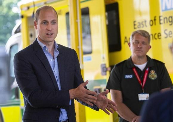 Il duca di Cambridge incontra il personale dell'ambulanza
