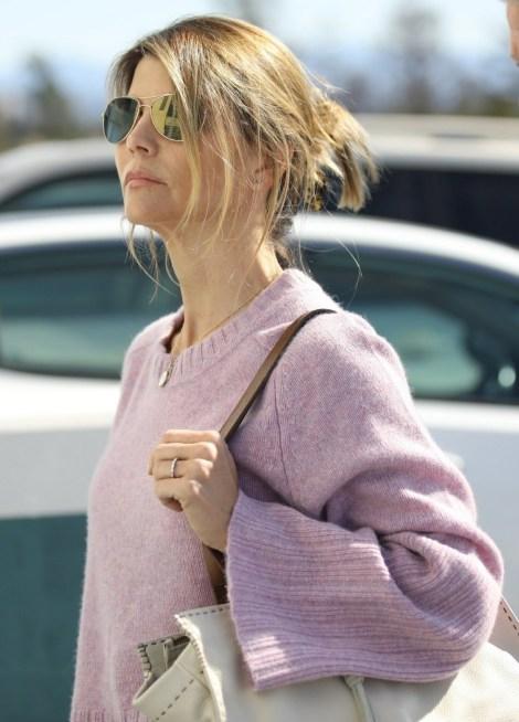 Lori Loughlin viene vista per un appuntamento