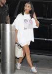 Kim Kardashian rappresenta le icone della musica Michael Jackson e Prince all'aeroporto JFK