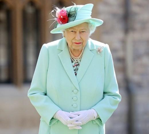 La regina Elisabetta II premia il capitano Sir Thomas Moore con le insegne di Knight Bachelor al Castello di Windsor