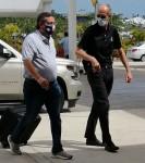 Ted Cruz indossa la maschera della bandiera del Texas mentre arriva all'aeroporto di CanCun questa mattina prima del volo di ritorno in Texas, poche ore dopo l'atterraggio in Messico