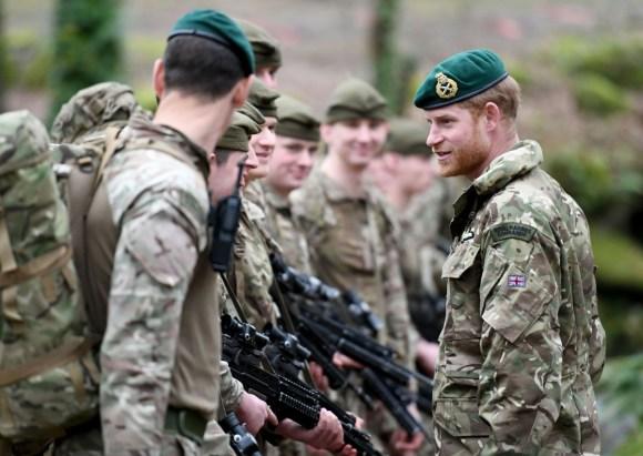 Il Duca di Sussex esegue la presentazione del berretto verde