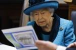 La regina Elisabetta II britannica mostra i documenti mentre visita la nuova sede della Royal Philatelic Society a Londra il 26 novembre 2019.