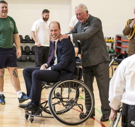 Il duca di Cambridge viene massaggiato le spalle dal principe Carlo dopo che il duca ha tentato e fallito ...