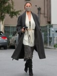 Chrissy Teigen canalizza Star Wars in un insieme elegante che affronta alcune commissioni nel 90210